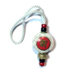 Porte clef incrustation sur fond rouge