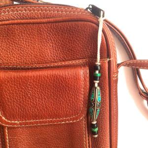 Porte bonheur et protecteur tel un talisman, objet favorisant la méditation il surprend par son soin du détail. Fait main par des artisans des montagnes du Népal avec du laiton, os de yak, perles en verre et en turquoise de résine.